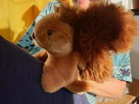 Kurse für Lehrpersonen: Ein Eichhörnchen auf dem Schoss einer Teilnehmerin im Kurs Figurenspiel
