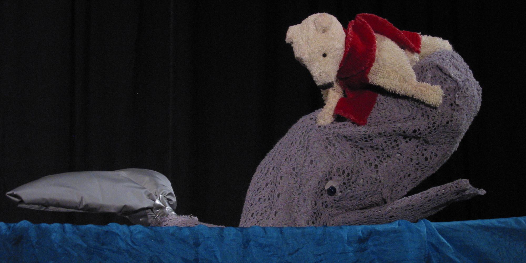 Der Wal rettet den Eisbären und bringt ihn ins Warme Land.