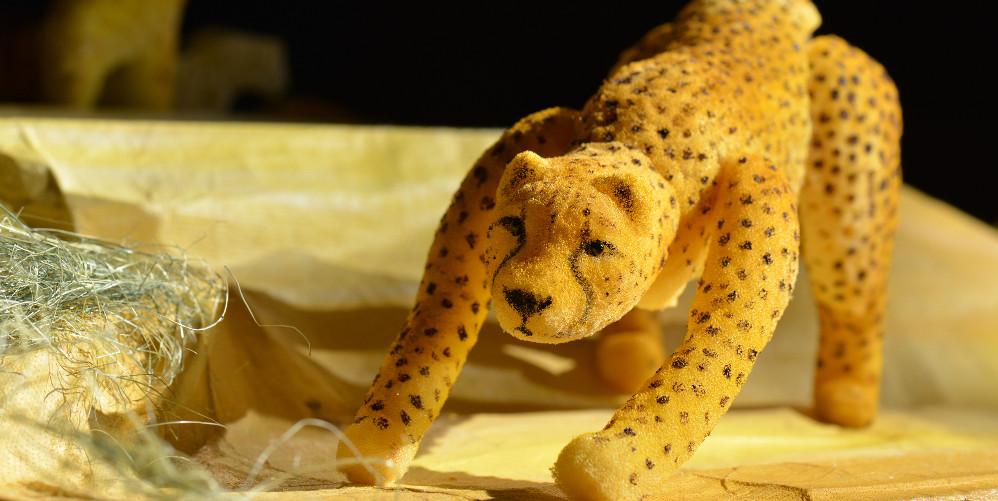 Figurentheater: Der Gepard in Lauerstellung