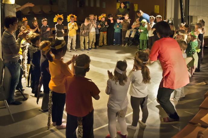 Lebendiges Theater braucht gute Vorbereitung: Aufwärmen vor dem Kindertheater