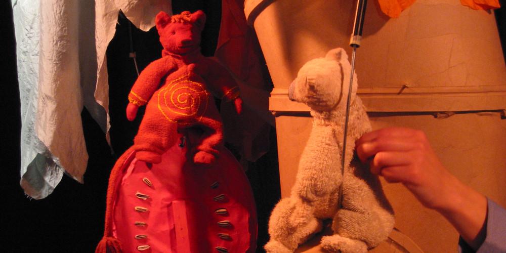 """Ika trifft den Feuerbär im Warmen Land. Szene aus """"Auch Eisbären können frieren"""" vom CHORA Theater"""