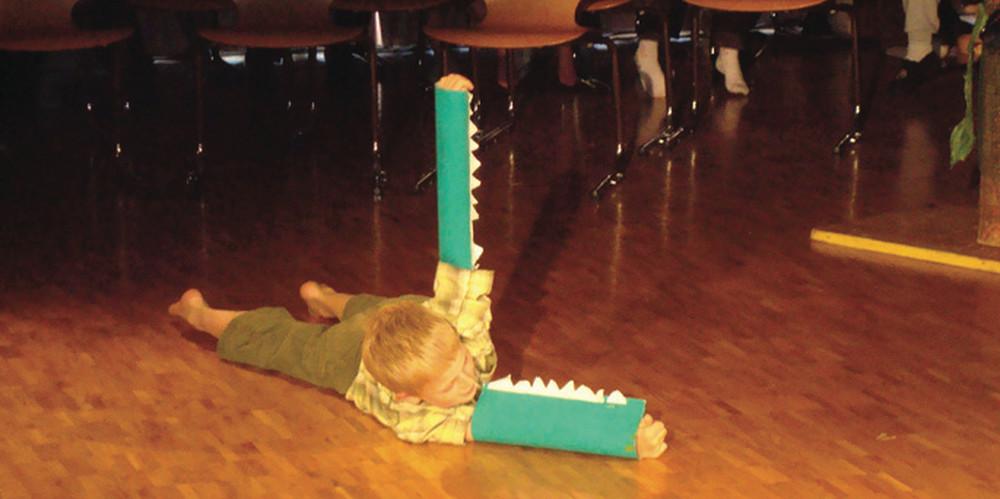 """Ein kleines Krokodil im Theaterprojekt """"Das Spiel der Tiere"""""""