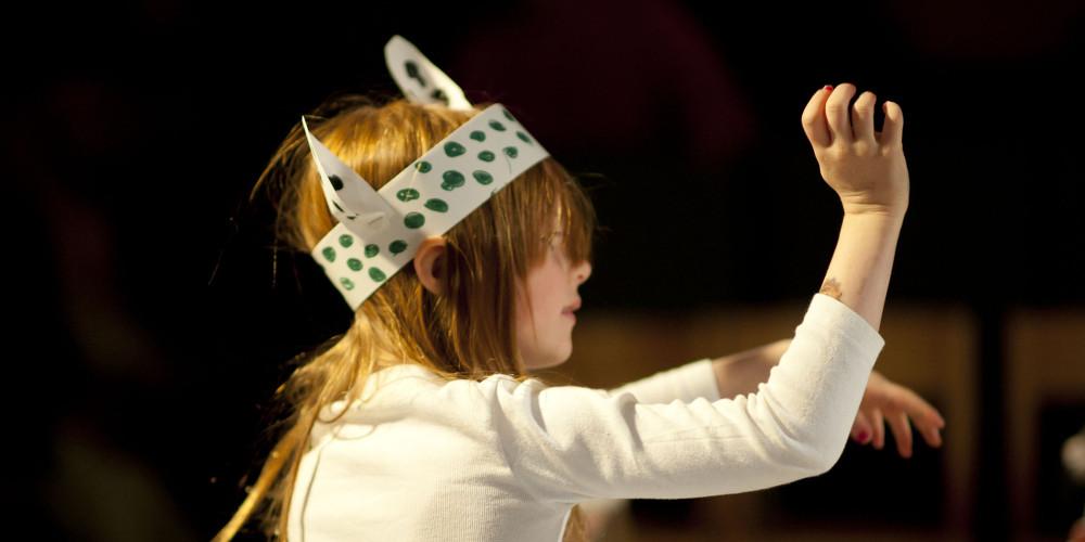 """Theaterprojekte mit Kindern: Ein Schimmel spielt auf der Weise im Theaterprojekt """"Das Spiel der Tiere"""""""